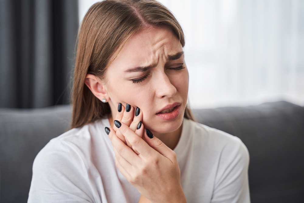 Woman having pain in jaw